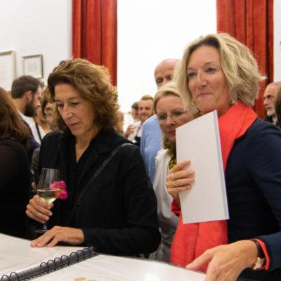 Adele Neuhauser unter den Vernissage-Besuchern